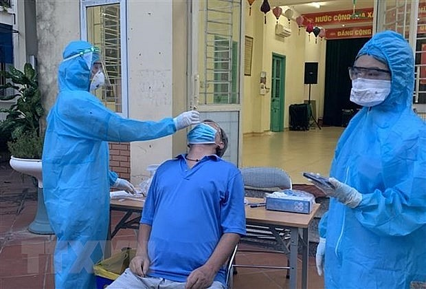 A man has sample taken for COVID-19 testing in Viet Hung ward in Hanoi's Long Bien district. Photo: VNA