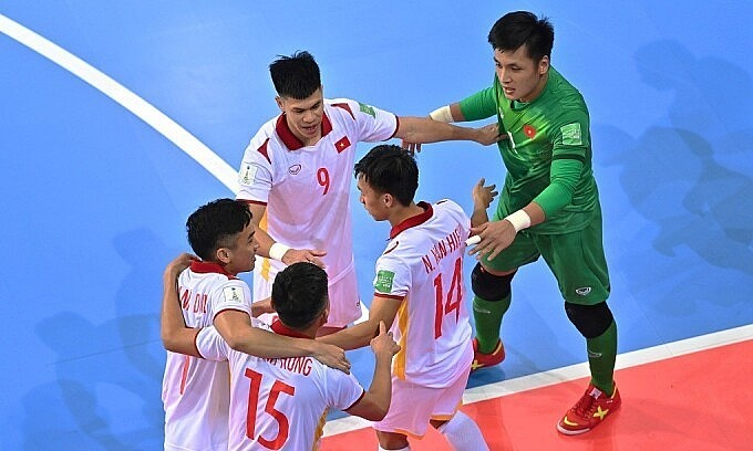 Nguyen Van Hieu (number 14) celebrates with his teammates after scoring against Panama at the Futsal World Cup 2021 on September 16, 2021. Photo: FIFA