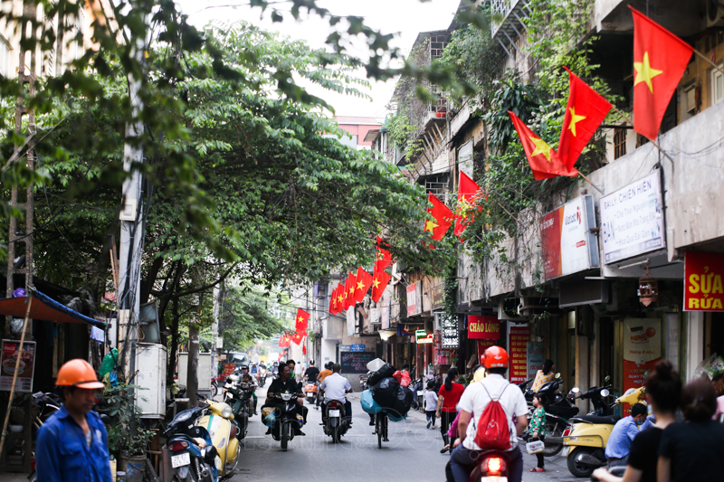 In Photos: Hanoi's streets turns vibrant to celebrate National Reunification Day