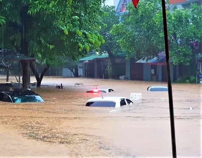 floods and landslides kill five cause us 35 ml property in loss