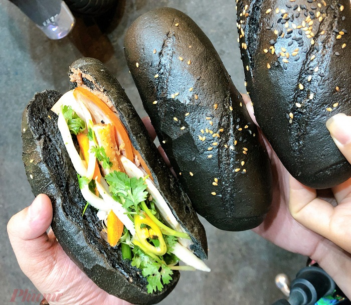 Unique black-colored dishes draw Vietnamese youngsters' favor