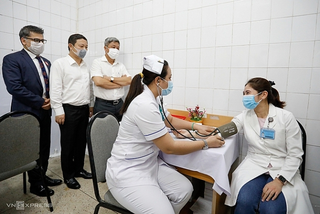 Vietnam records nearly 1,000 COVID-19 vaccinated first responders