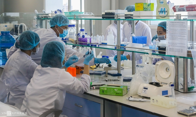 Employees of Nanogen Pharmaceutical Biotechnology JSC work in a molecular biology room to produce made-in-Vietnam vaccine to be tested on human, December 2020. (Photo: VNE)