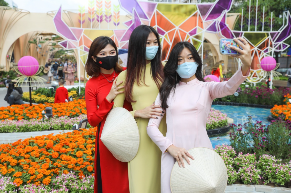 saigonese comply to pandemic prevention while visiting tet flower street