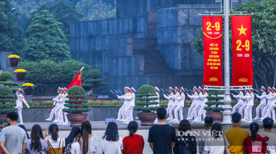 Citizens gather at Ho Chi Minh Mausoleum to attend flag raising ceremony on National Day