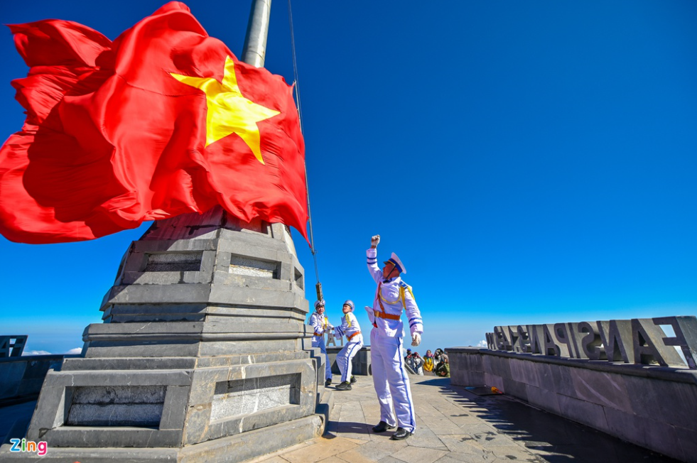 unique flag raising ceremony on top of fansipan mount dubbed the roof of indochina