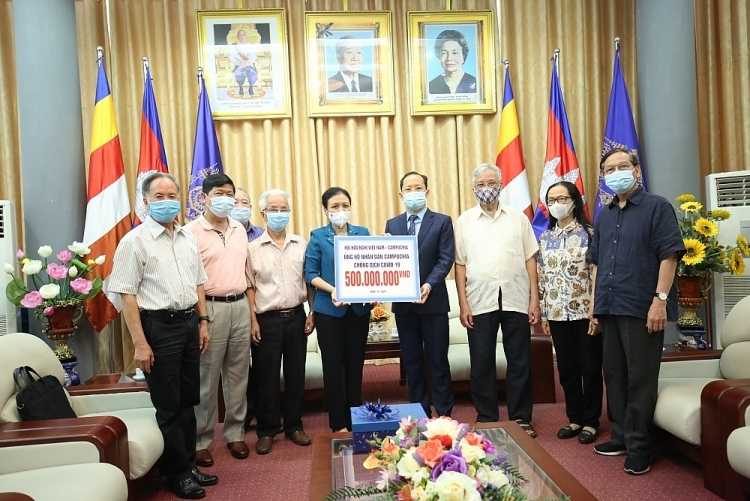 Friendship associations provide 500 million VND in aid for Cambodia