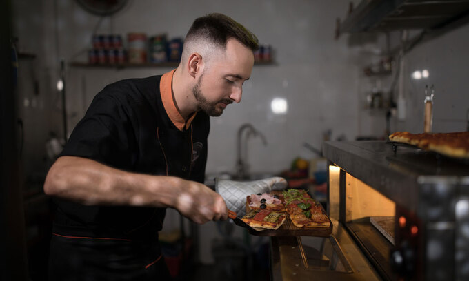 Pizza with ketchup: Vietnamese's way of eating pizza surprises Italian chef