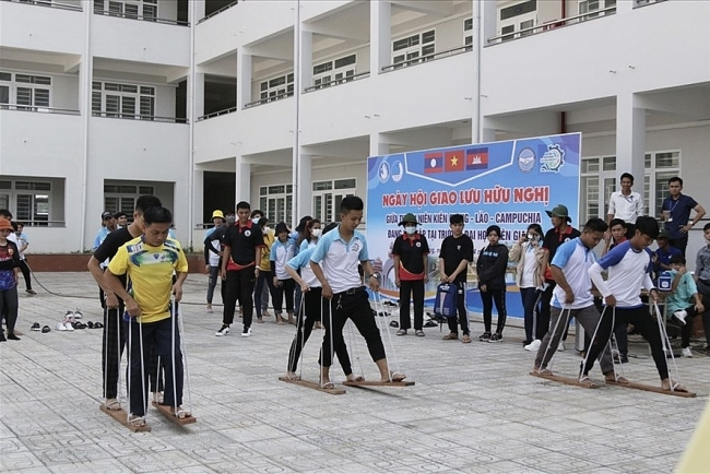 Gifts, scholarships given to Lao and Cambodian students at Kien Giang university