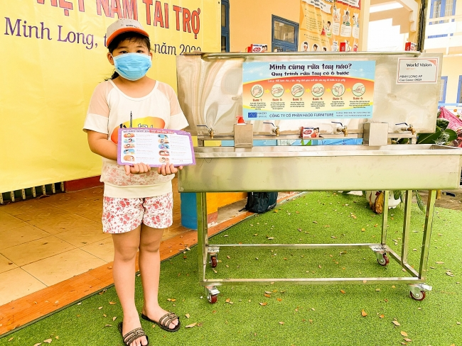 Quang Ngai's district receives mobile handwashing systems to combat COVID-19