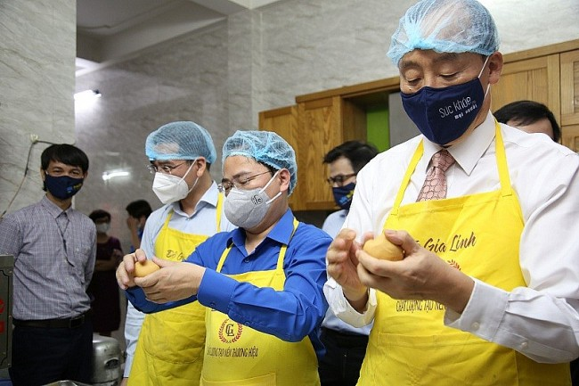 WHO Representative in Vietnam Makes Mooncakes for Frontline Health Workers