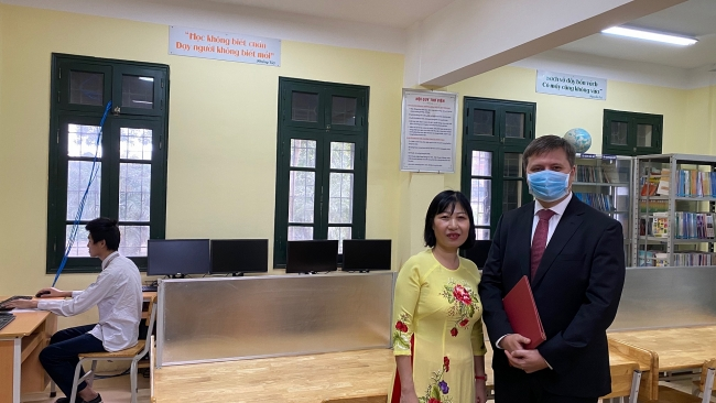 Polish Embassy supports Hanoi's high school with computer donation