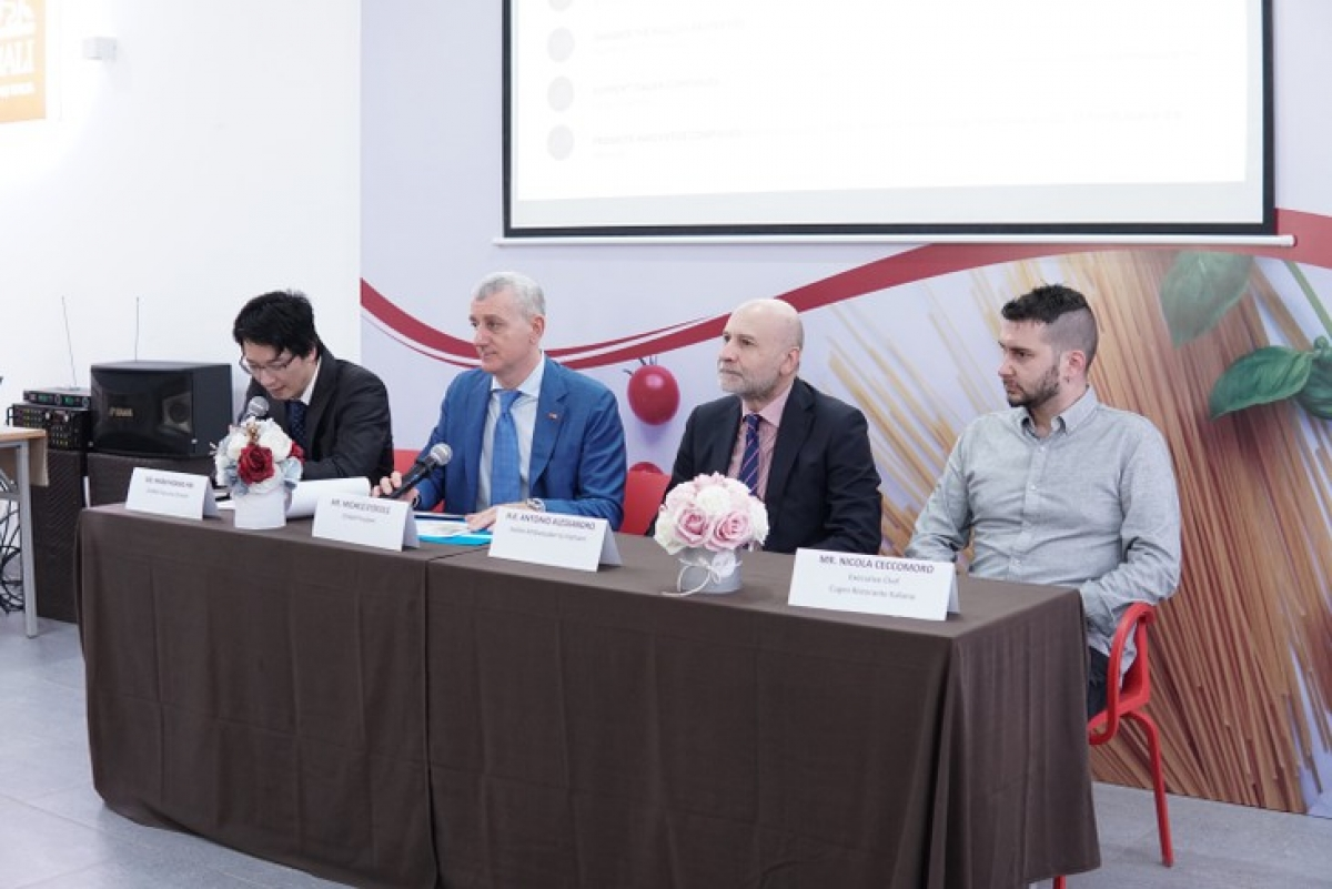 """A press conference introduces the """"Italian Cuisine – Italian Style"""" cooking contest in Hanoi."""