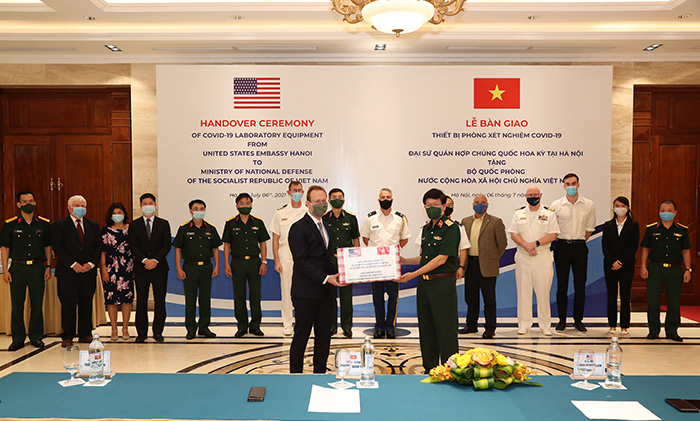US Chargé d'Affaires Christopher Klein (left) and Maj. Gen. Nguyen Xuan Kien, head of the Military Medical Department under the General Department of Logistics, at the handover ceremony. Photo: qdnd.vn