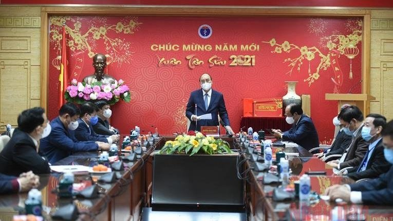 pm nguyen xuan phuc meets medical workers ahead of tet festival