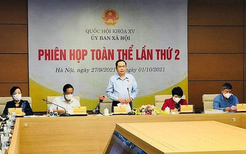 Politburo member and Permanent NA Vice Chairman Tran Thanh Man speaks at the session.