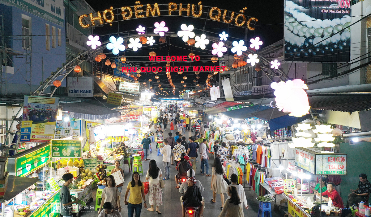 The night market has long helped visitors understand more about the local culture and tourism services on the island. Photo: VnExpress