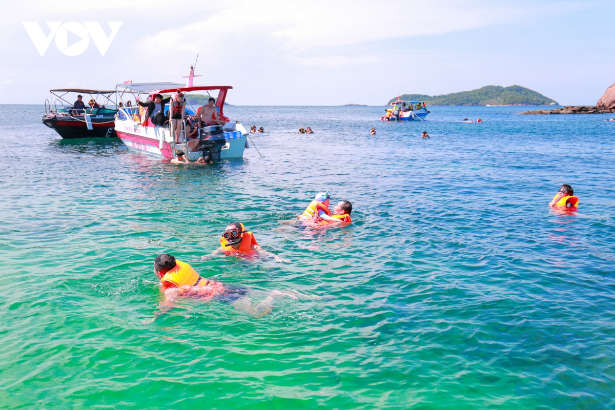 Tourists diving to see coral in Phu Quoc. Photo: VOV