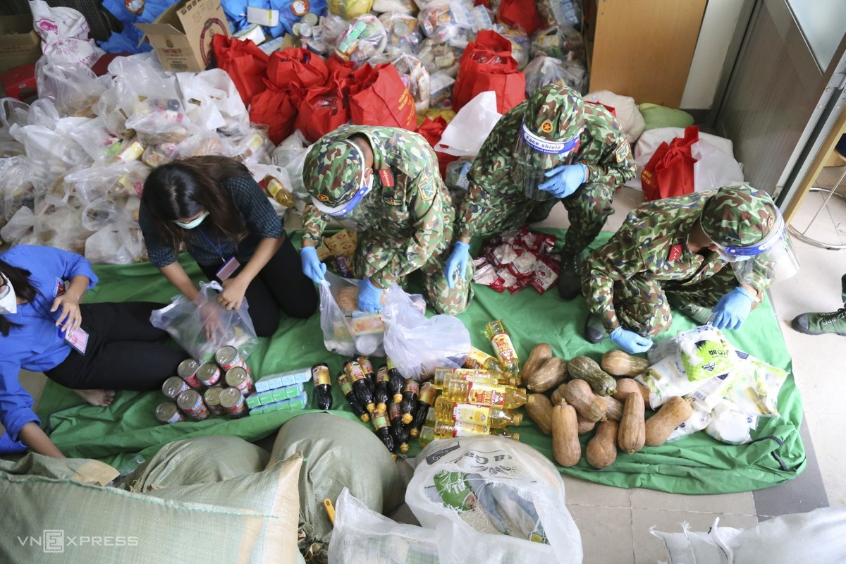 Vietnam News Today (August 24): Soldiers Supply Food to Ho Chi City Needy Citizens