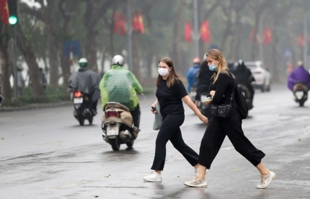 Foreigners decide to stay in Vietnam amid COVID-19 as they feel safer than at home